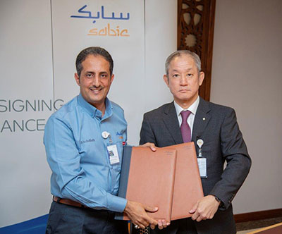 Mr. Abdullah M. Al-Garni(left) with Mr. Koji Nakaoka after signing the agreement